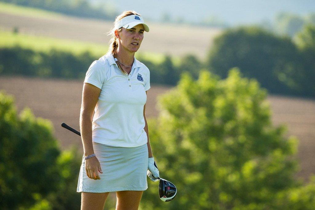 La golfista Magdalena Simmermacher jugando en el campo de golf