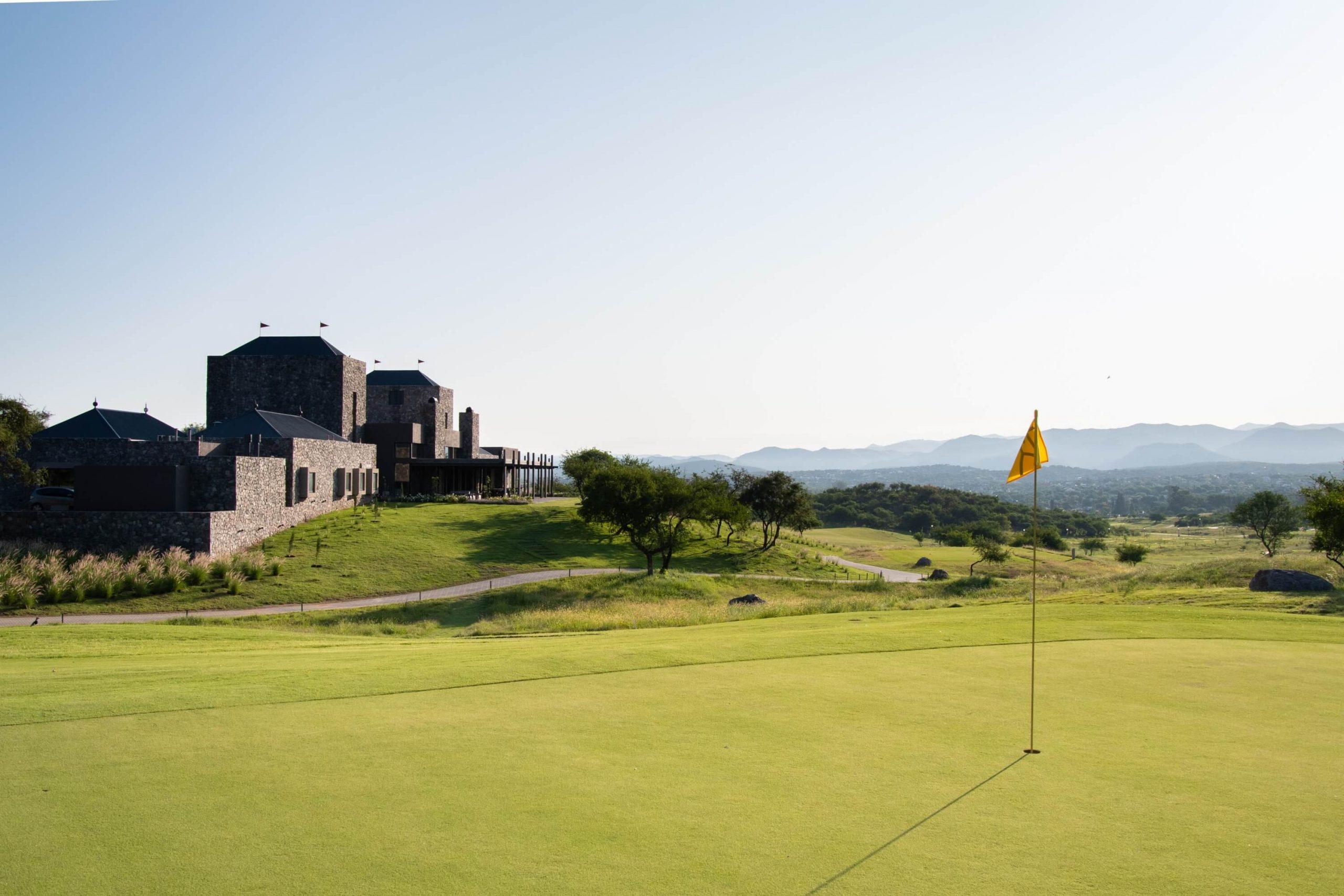 Campo de Golf de El Terrón. De fondo el Club House y un paisaje serrano.