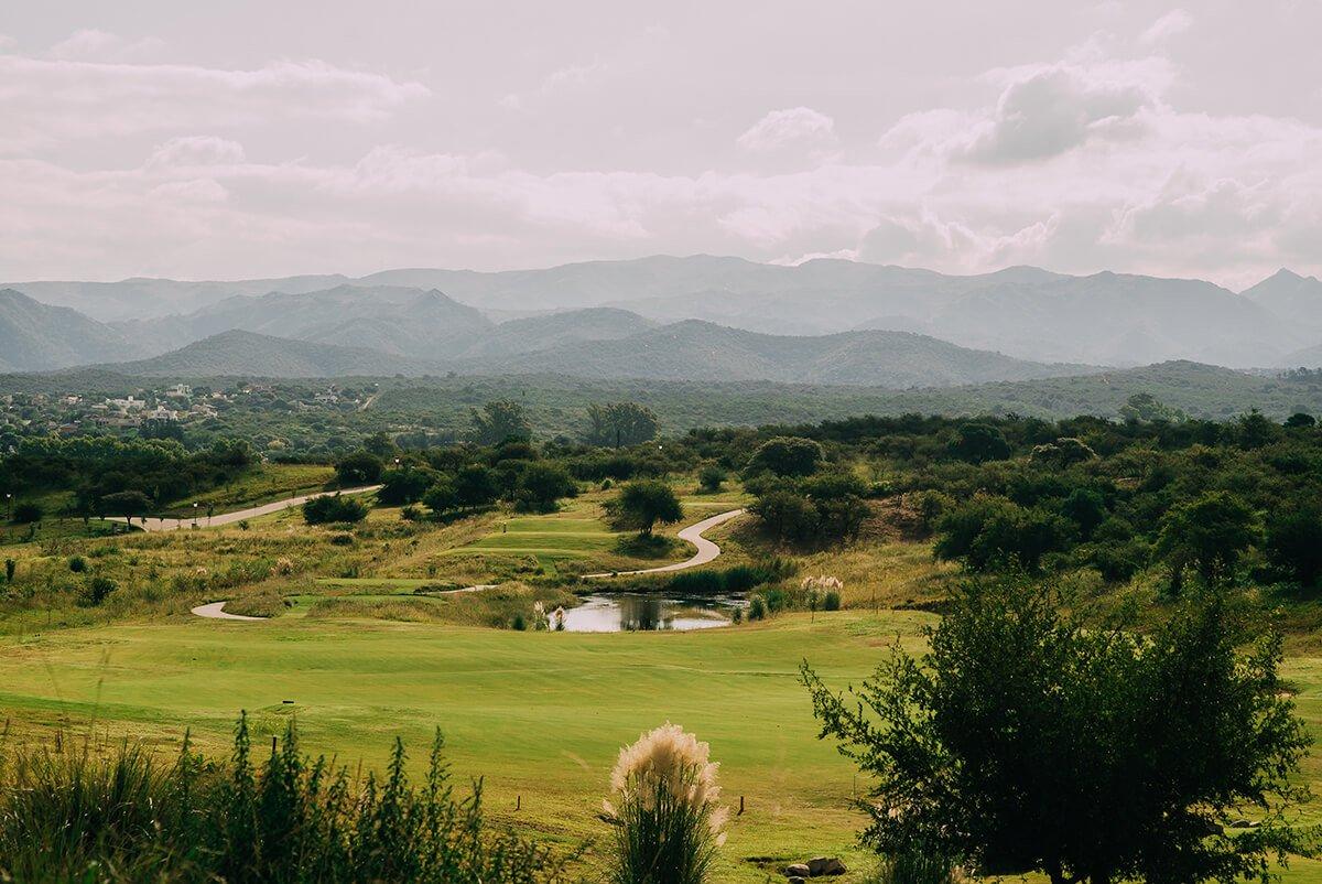 Campo de golf con vista a las Sierras Chicas durante la Copa Carnaval.